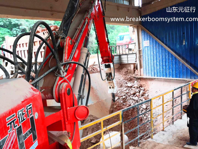 breaker boom system for gyratory crusher